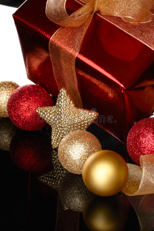 κόκκινο δέντρο δώρων Χριστ&om στοκ εικόνες