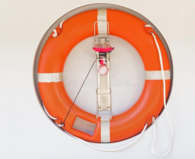 Κόκκινο δαχτυλίδι διάσωσης σε έναν άσπρο τοίχο στοκ φωτογραφίες με δικαίωμα ελεύθερης χρήσης