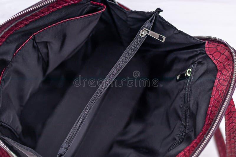 Κόκκινο δερμάτινο σακίδιο σε ξύλινο φόντο Οικολογική δερμάτινη τσάντα στοκ εικόνες