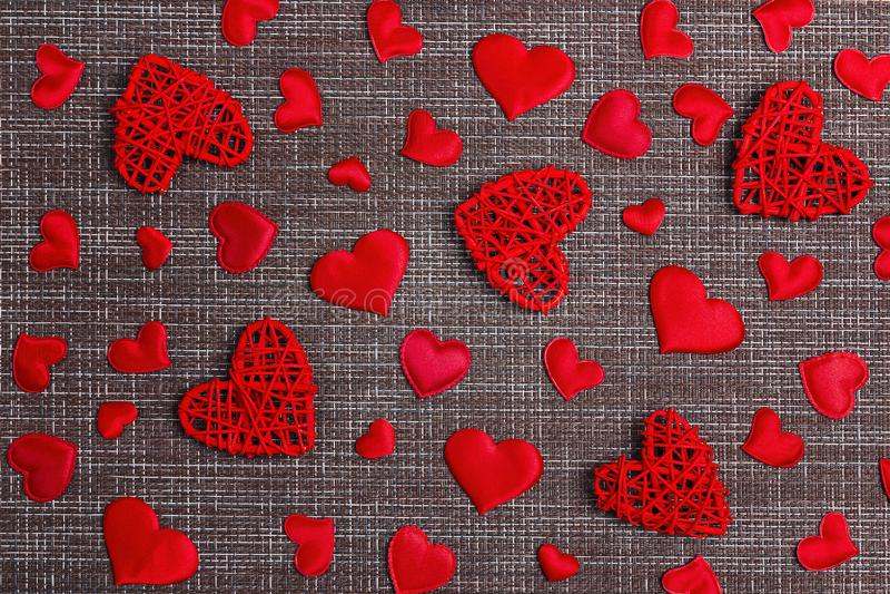 Κόκκινο διακοσμητικό σχέδιο καρδιών sackcloth στο υπόβαθρο Έννοια ημέρας βαλεντίνων ` s στοκ φωτογραφίες