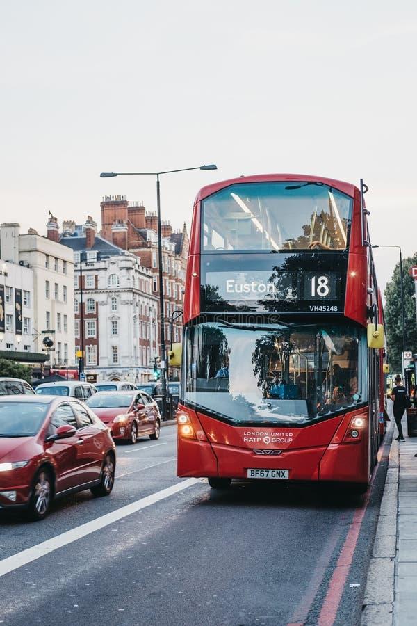 Κόκκινο διπλό λεωφορείο αριθμός 18 καταστρωμάτων προς Euston σε μια οδό στο μΑ στοκ εικόνα