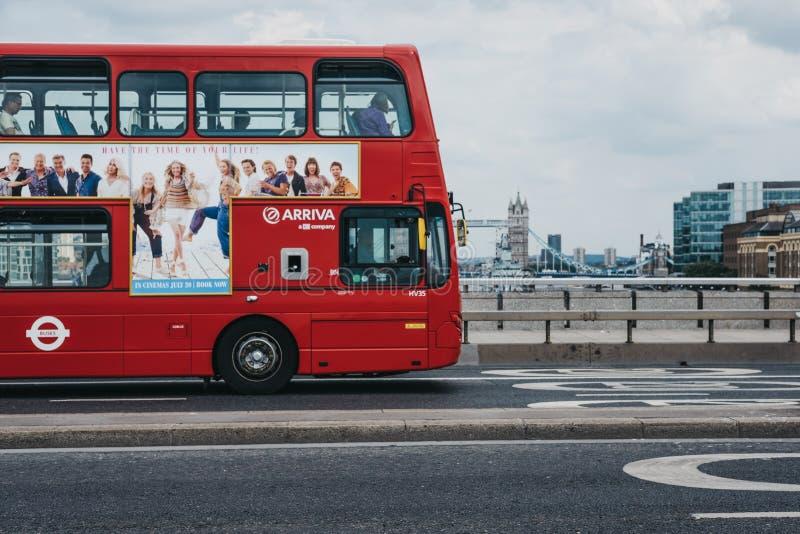 Κόκκινο διπλό λεωφορείο καταστρωμάτων στη γέφυρα του Λονδίνου, Λονδίνο, UK στοκ φωτογραφία
