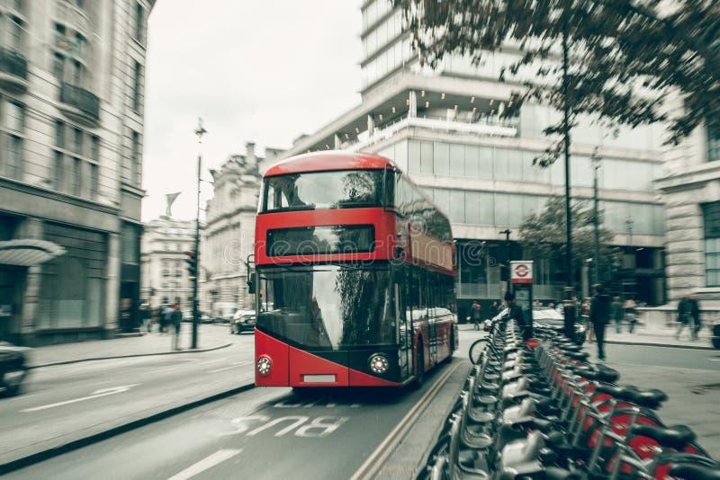 Κόκκινο διπλό λεωφορείο καταστρωμάτων στη θαμπάδα κινήσεων στοκ φωτογραφία με δικαίωμα ελεύθερης χρήσης