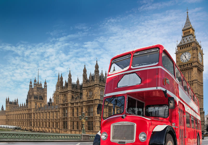 Κόκκινο διόροφο λεωφορείο για το Κοινοβούλιο στοκ εικόνα