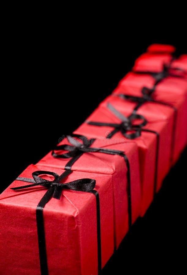 κόκκινο δώρων μαύρων κουτ&iot στοκ φωτογραφία με δικαίωμα ελεύθερης χρήσης