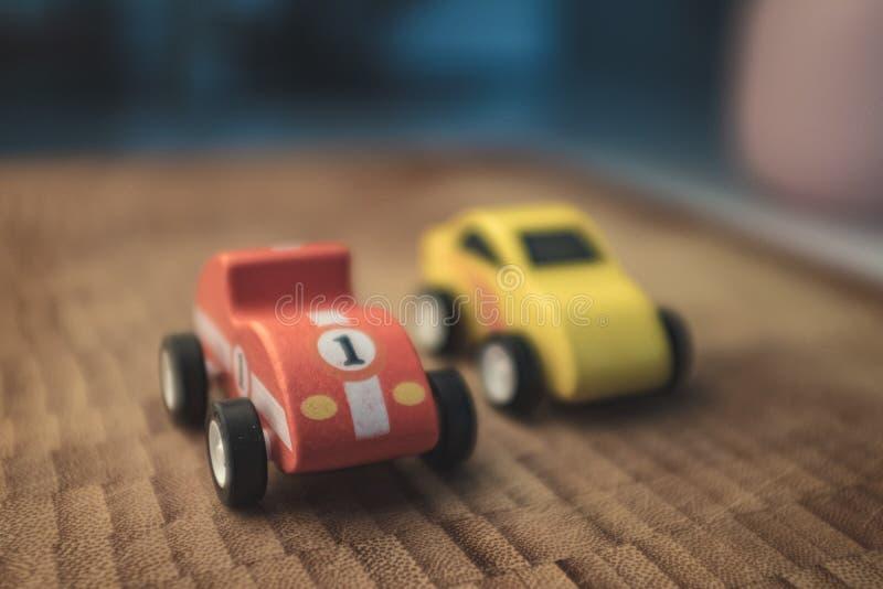 Κόκκινο εκλεκτής ποιότητας αγωνιστικό αυτοκίνητο παιχνιδιών κοντά επάνω ακόμα στοκ φωτογραφίες με δικαίωμα ελεύθερης χρήσης