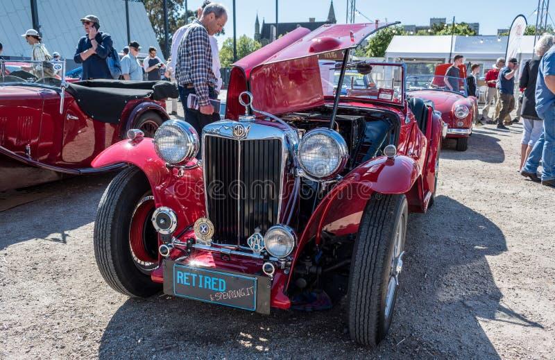 Κόκκινο εκλεκτής ποιότητας μετατρέψιμο αυτοκίνητο MG σε Motorclassica στοκ φωτογραφίες