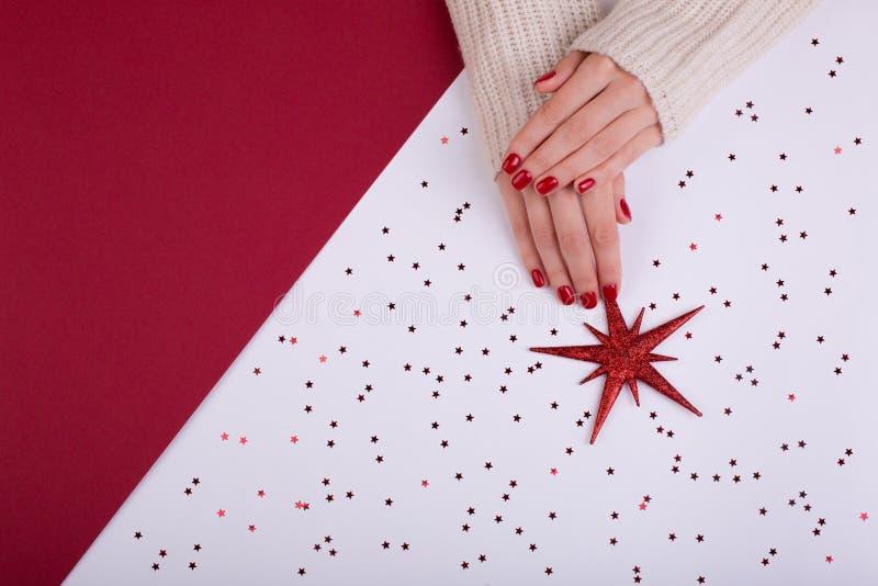 Κόκκινο εορταστικό θηλυκό μανικιούρ επίπεδος βάλτε το ύφος στοκ φωτογραφίες