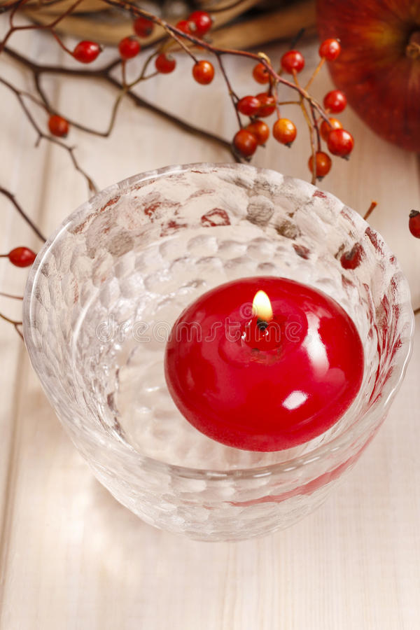 Κόκκινο επιπλέον κερί στο νερό στοκ φωτογραφίες