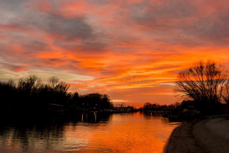 Κόκκινο ηλιοβασίλεμα πέρα από τον ήρεμο ποταμό στοκ φωτογραφίες με δικαίωμα ελεύθερης χρήσης