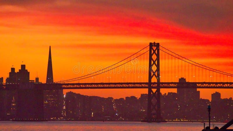 Κόκκινο ηλιοβασίλεμα στον ορίζοντα του Σαν Φρανσίσκο στοκ φωτογραφία