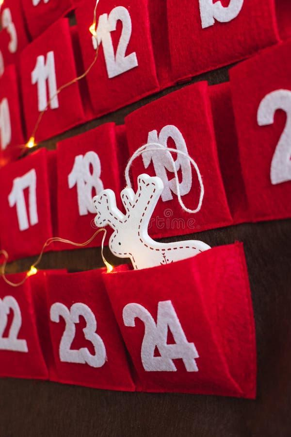 Κόκκινο ημερολόγιο εμφάνισης με την άσπρη διακόσμηση και τα φω'τα ελαφιών βροχής στοκ εικόνες με δικαίωμα ελεύθερης χρήσης