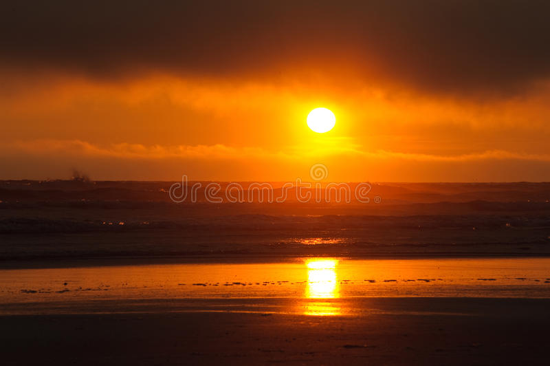 Κόκκινο ηλιοβασίλεμα στην παραλία Kalaloch στοκ εικόνα