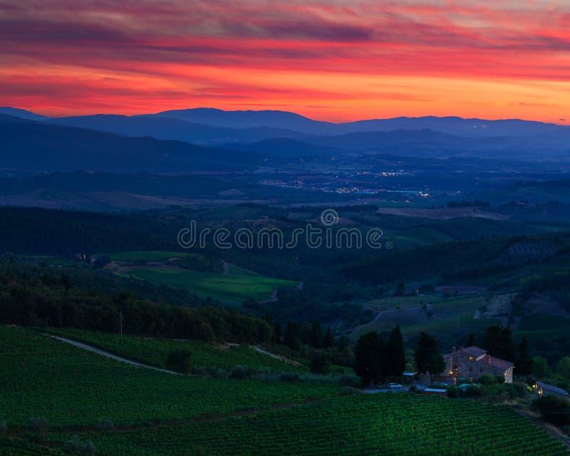 Κόκκινο ηλιοβασίλεμα της Τοσκάνης στοκ φωτογραφία