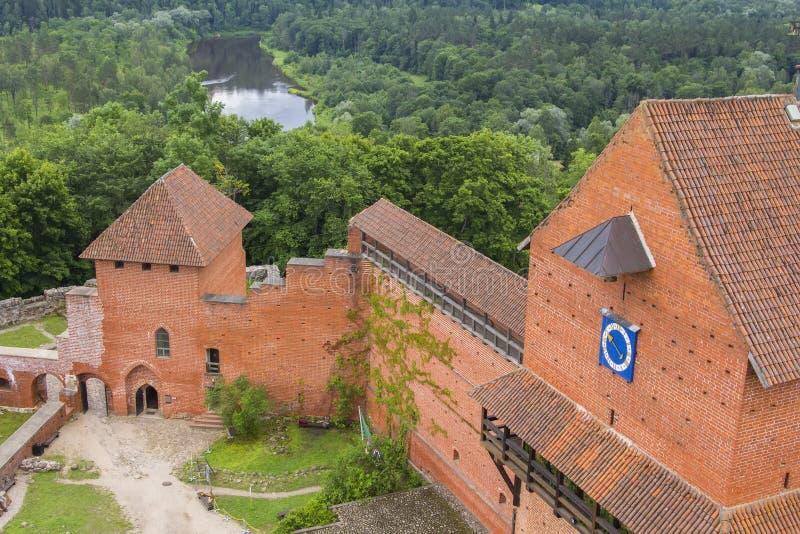 Κόκκινο κάστρο πετρών τοπίων υποβάθρου, παλαιό κάστρο σε Turaida στοκ φωτογραφίες