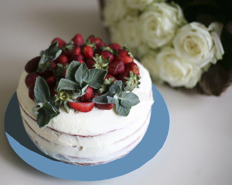 Κόκκινο κέικ βελούδου με τις φράουλες και τη μέντα στοκ φωτογραφίες με δικαίωμα ελεύθερης χρήσης
