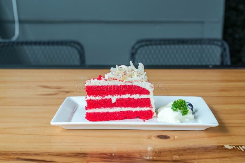 Κόκκινο κέικ βελούδου στο άσπρο πιάτο στοκ εικόνες