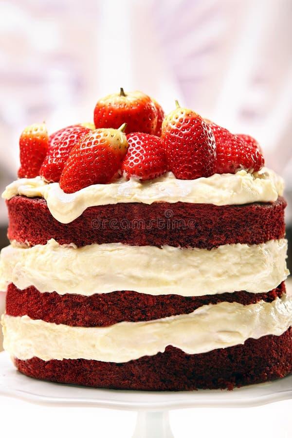 Κόκκινο κέικ βελούδου με τις φράουλες στοκ φωτογραφία