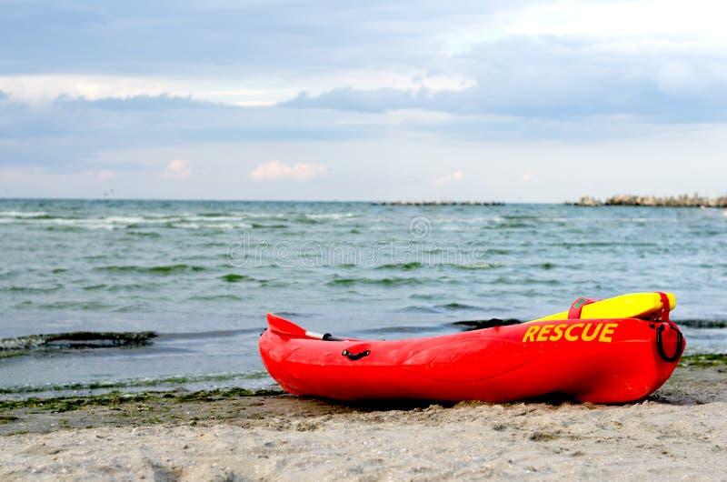 Κόκκινο καγιάκ lifeguard Resque στοκ φωτογραφία