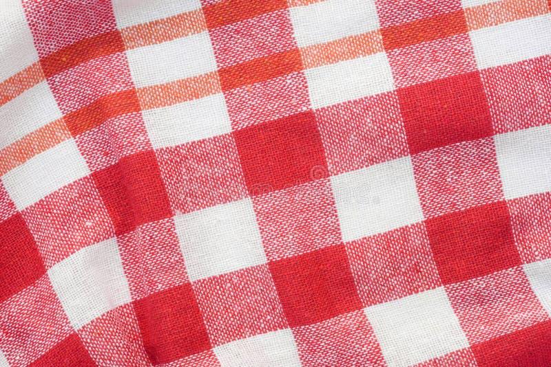 Κόκκινο και άσπρο ελεγμένο ζαρωμένο υπόβαθρο πετσετών κουζινών στοκ εικόνες