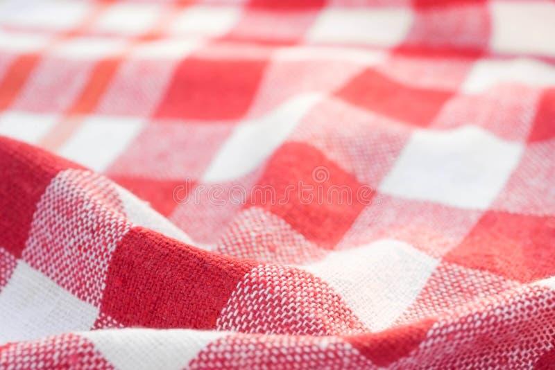 Κόκκινο και άσπρο ελεγμένο ζαρωμένο υπόβαθρο πετσετών κουζινών στοκ φωτογραφία