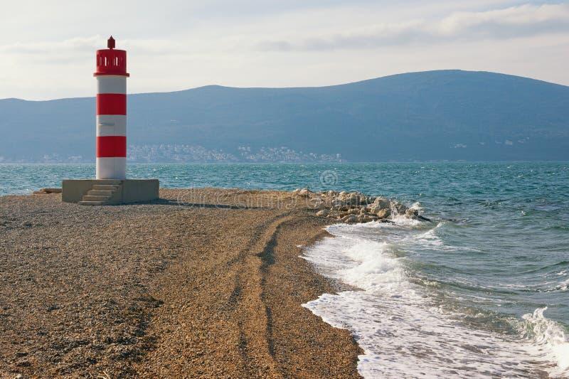 Κόκκινο και άσπρο ριγωτό αναγνωριστικό σήμα στην ακτή του κόλπου Kotor Μαυροβούνιο, Tivat, χειμώνας στοκ φωτογραφίες