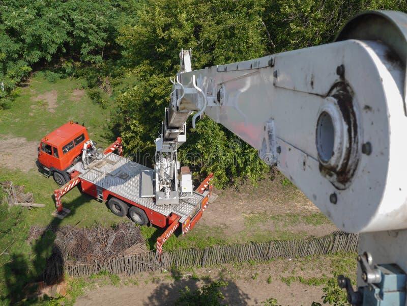 Κόκκινο και άσπρο φορτηγό ανελκυστήρων βραχιόνων στοκ φωτογραφίες με δικαίωμα ελεύθερης χρήσης