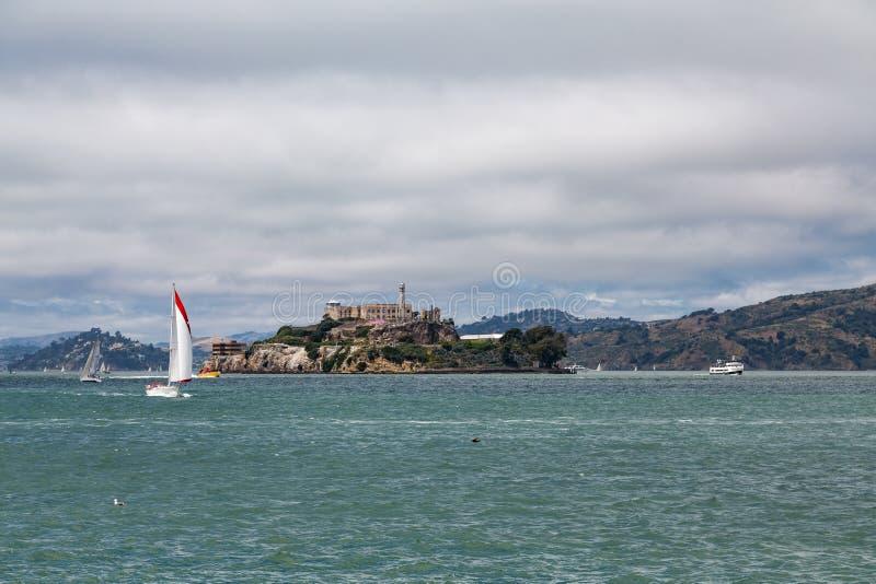 Κόκκινο και άσπρο Sailboat μετά από Alcatraz στοκ εικόνες με δικαίωμα ελεύθερης χρήσης