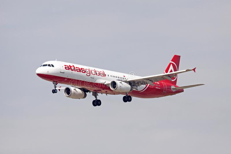 Κόκκινο και άσπρο singleAtlasglobal airbus 321 στοκ φωτογραφία
