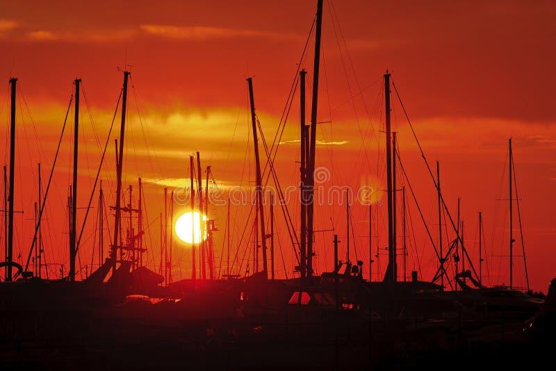 Κόκκινο και κίτρινο ηλιοβασίλεμα στοκ εικόνα