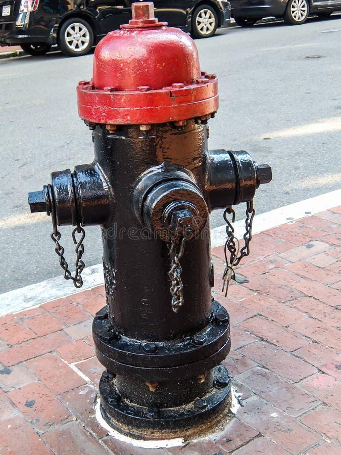 Κόκκινο και μαύρο στόμιο υδροληψίας πυρκαγιάς της Βοστώνης στοκ εικόνες με δικαίωμα ελεύθερης χρήσης