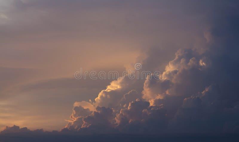 Κόκκινο και πορτοκαλί σύννεφο βραδιού ηλιοβασιλέματος στοκ εικόνες
