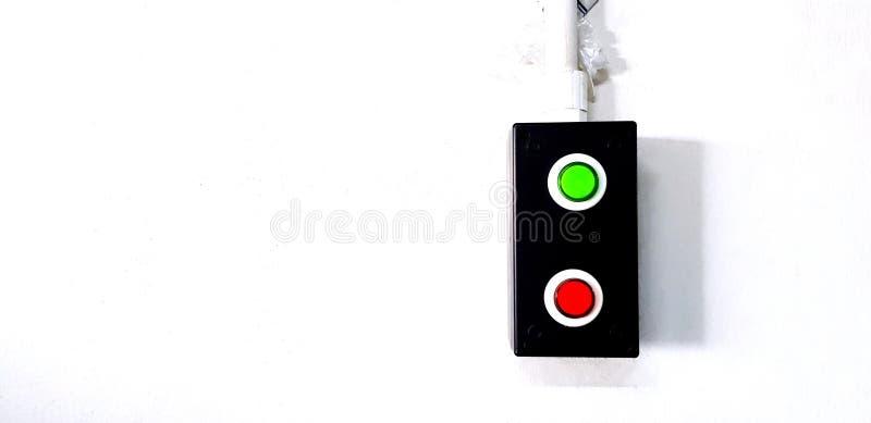 Κόκκινο και πράσινο κουμπί σε μαύρο ανοξείδωτο ατσάλι που είναι εγκατε στοκ φωτογραφίες