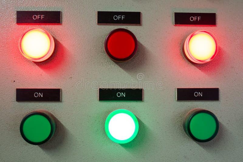 Κόκκινο και πράσινο φως που οδηγούνται στον ηλεκτρικό πίνακα ελέγχου που παρουσιάζει on/off θέση στοκ εικόνες
