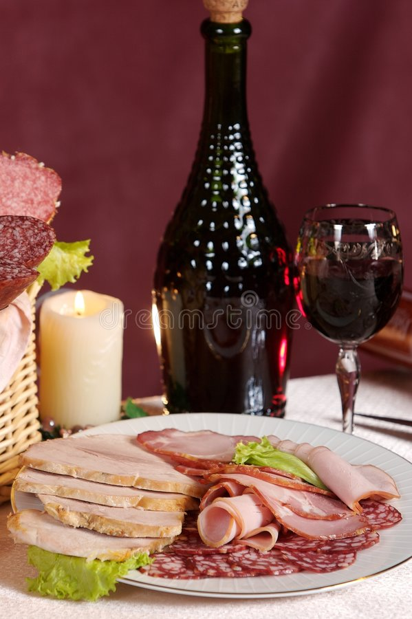 κόκκινο καπνισμένο λουκάνικο κρασί στοκ φωτογραφία