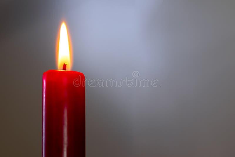 Κόκκινο κερί σε ένα γκρίζο υπόβαθρο στοκ φωτογραφίες