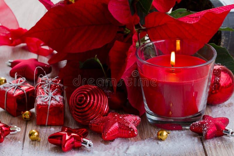 Κόκκινο κερί Χριστουγέννων με τις διακοσμήσεις στοκ εικόνες