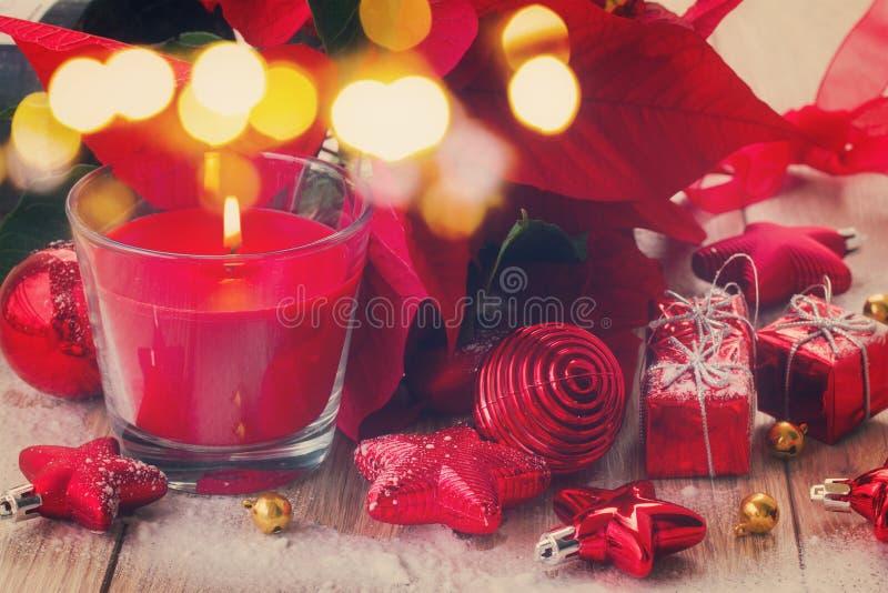 Κόκκινο κερί Χριστουγέννων με τις διακοσμήσεις στοκ φωτογραφία με δικαίωμα ελεύθερης χρήσης