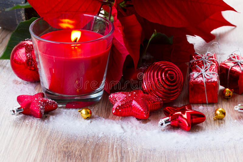 Κόκκινο κερί Χριστουγέννων με τις διακοσμήσεις στοκ φωτογραφίες με δικαίωμα ελεύθερης χρήσης