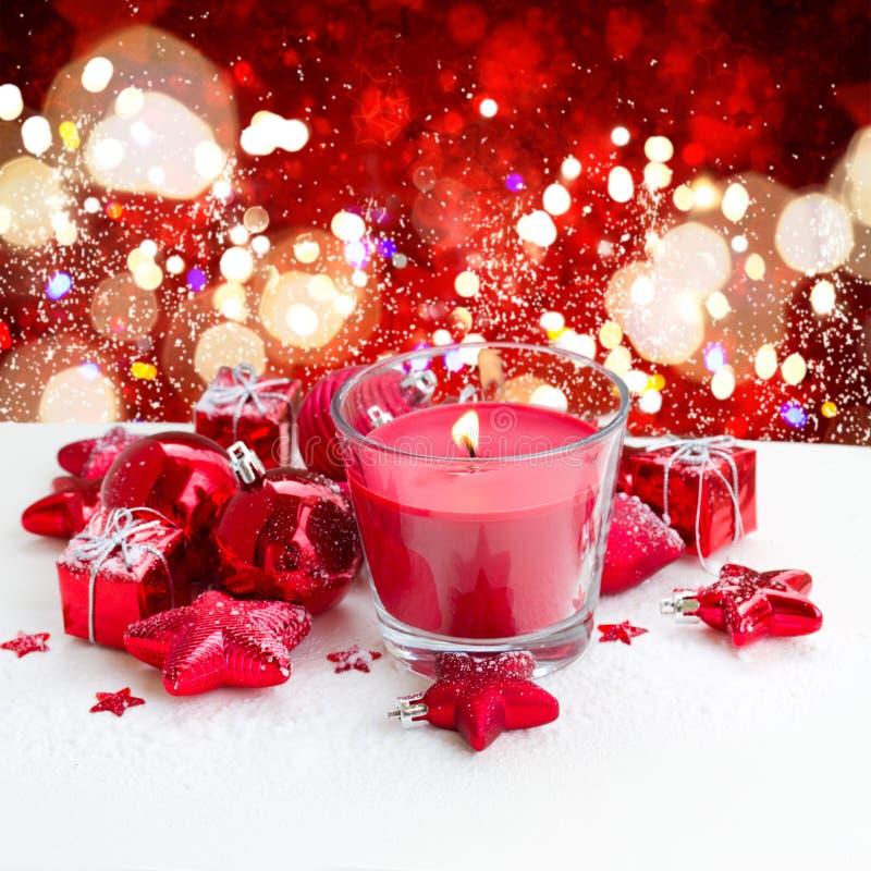 Κόκκινο κερί Χριστουγέννων με το χιόνι στοκ εικόνες με δικαίωμα ελεύθερης χρήσης