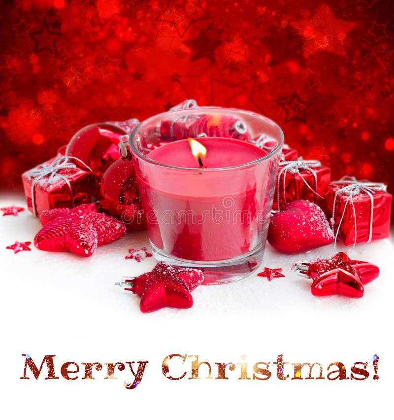Κόκκινο κερί Χριστουγέννων με το χιόνι στοκ εικόνες
