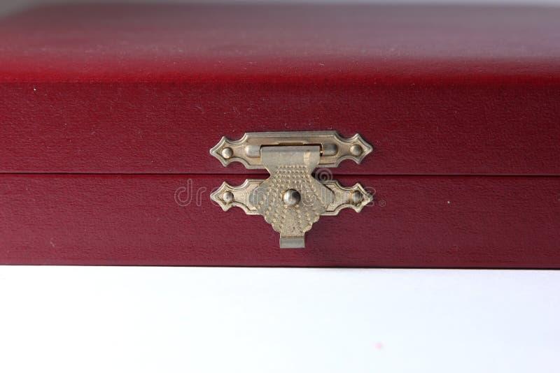 Κόκκινο κιβώτιο βελούδου με τον ντεμοντέ σύρτη ύφους στοκ εικόνες