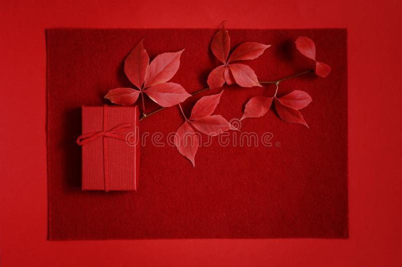 Κόκκινο κιβώτιο δώρων σε ένα κόκκινο υπόβαθρο Ρομαντικό δώρο για την ημέρα βαλεντίνων ` s Τοπ άποψη με τη θέση για το κείμενο Επί στοκ εικόνες