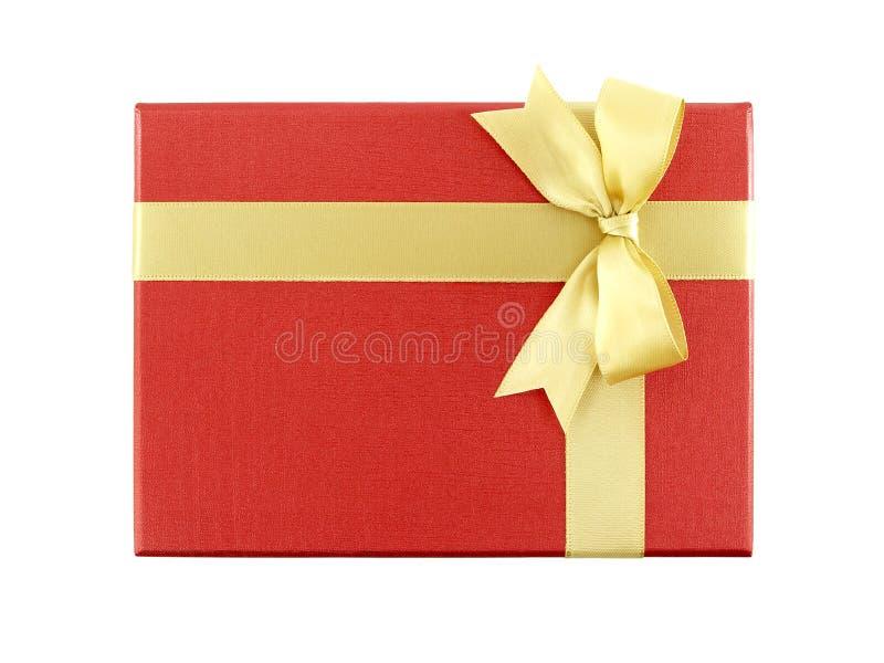 Κόκκινο κιβώτιο δώρων με το χρυσό τόξο κορδελλών που απομονώνεται στο άσπρο υπόβαθρο στοκ εικόνες