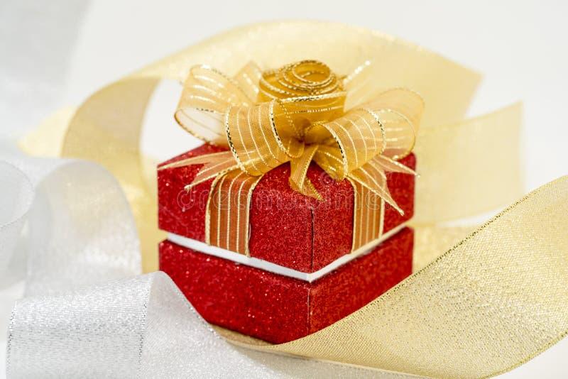 Κόκκινο κιβώτιο δώρων σπινθηρίσματος πολυτέλειας στοκ φωτογραφία