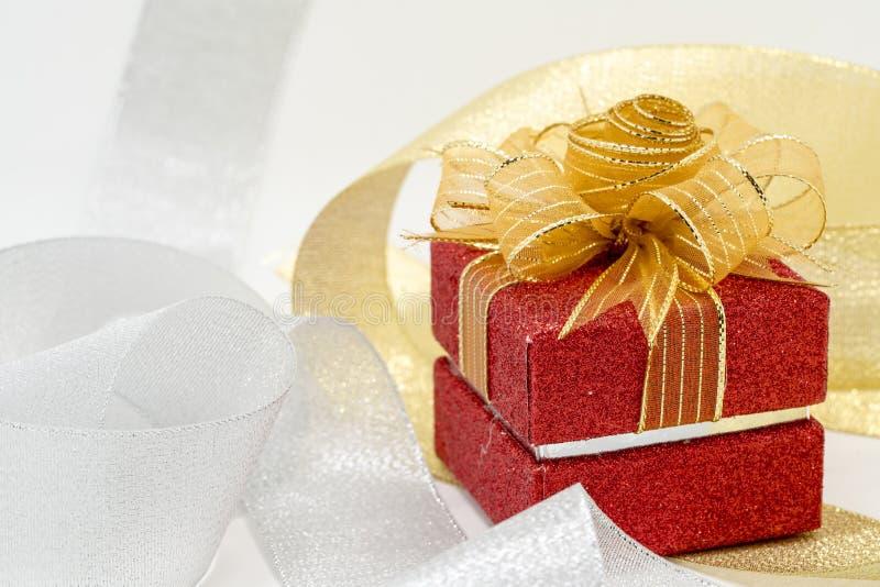 Κόκκινο κιβώτιο δώρων σπινθηρίσματος πολυτέλειας στοκ φωτογραφία με δικαίωμα ελεύθερης χρήσης
