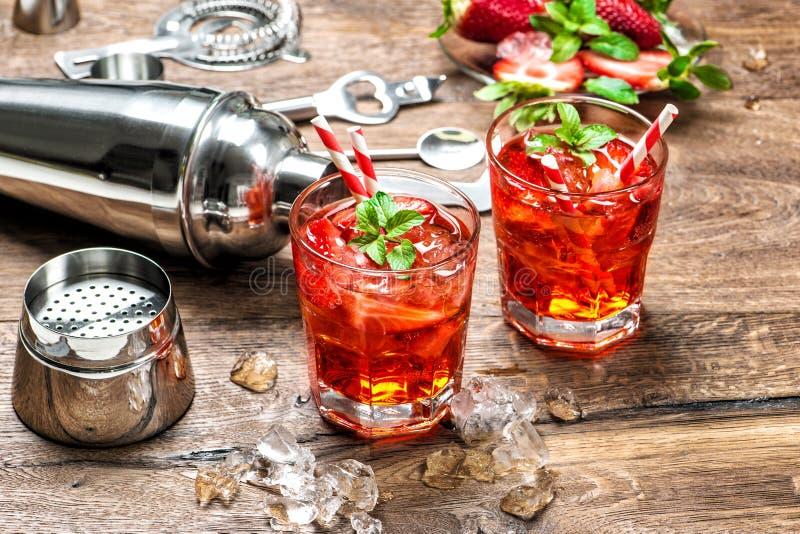 Κόκκινο κοκτέιλ χυμού caipirinha mojito απεριτίφ πάγου ποτών στοκ εικόνες με δικαίωμα ελεύθερης χρήσης