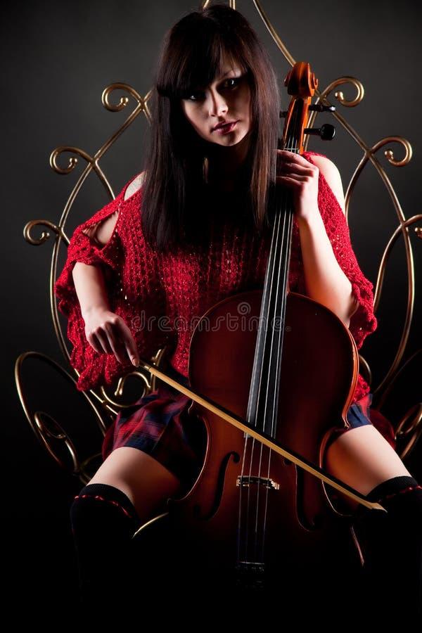 κόκκινο κοριτσιών βιολ&omicron στοκ φωτογραφίες