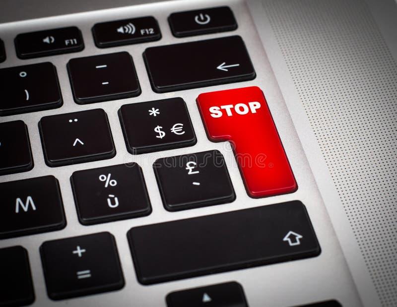Κόκκινο κουμπί με τη λέξη στάσεων στην κινηματογράφηση σε πρώτο πλάνο πληκτρολογίων στοκ εικόνες