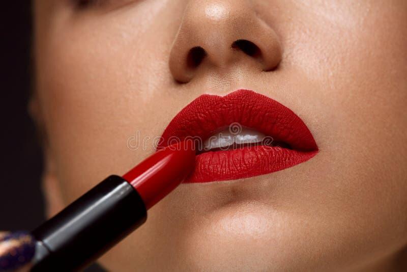 Κόκκινο κραγιόν Κινηματογράφηση σε πρώτο πλάνο του προσώπου γυναικών με τα φωτεινά χείλια Makeup στοκ φωτογραφία με δικαίωμα ελεύθερης χρήσης